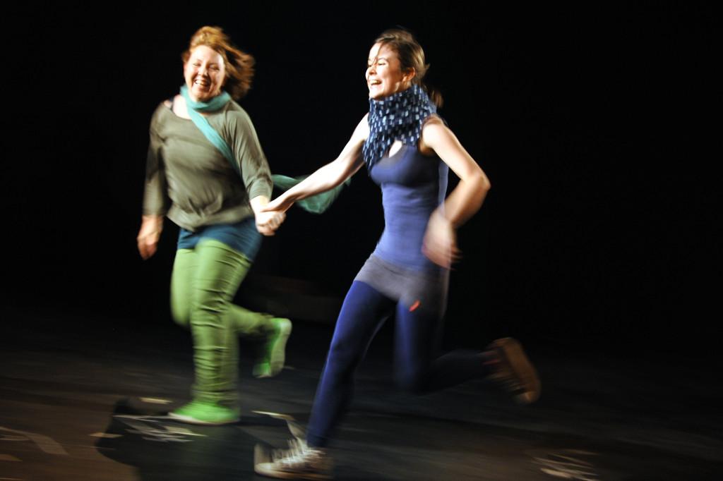 Reportage über Proben der Abschluss-Inszenierung der Klassen der Akademie Off-Theater nrw auf der RÜ-BÜHNE in Essen am 12. Oktober 2013